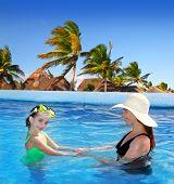 Постер, плакат: дочь и мать в фоне тропической местоположения плавательный бассейн