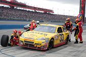 FONTANA, c. - 21 de fevereiro: driver de Clint Bowyer do Cheerios / carro de Hamburger Helper #33 durante o Aut