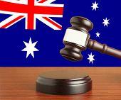 Martelo e a bandeira da Austrália