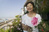 Mulher sorridente podar suas rosas