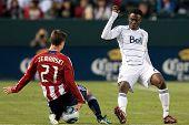 CARSON, CA. - 1 de junio: Chivas USA plauer M Ben Zemanski #21 (L) & jugador de Vancouver Whitecaps FC M Ger