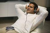 Homem reclinado, ouvir música