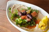 Hommos, olijfolie, pita en salade