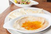 Hummus met pita brood