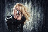 mulher sexy, segurando sua arma