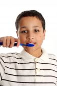 Muchacho cepillado de dientes