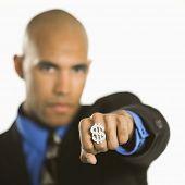 Afroamerikaner Mann Ring mit Geld-Zeichen tragen.