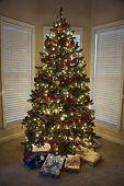 Regalos de Navidad bajo el árbol de Navidad decorado.