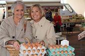 Mãe e filha comprar ovos em um mercado