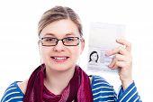 Mujer de viajero turista feliz con pasaporte
