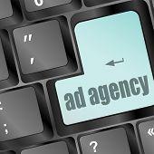 Conceito de publicidade: Teclado de computador com a palavra, Agência de publicidade, foco selecionado em inserir botão