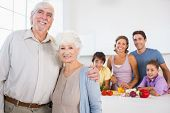 Großeltern Küchentheke mit Familie dahinter steht