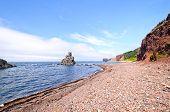markante Felsen auf eine entfernte Küste