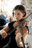 hübsch junge Frau praktizierender Violine