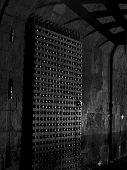 Puerta del castillo de la oscuridad en la noche