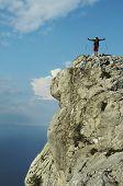 Homem de Joufull sobre a falésia da rocha