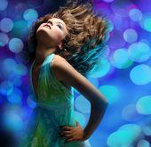 Portret van een mooie dansende meisje