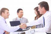 Pessoas de negócios, agitando as mãos, terminando em uma reunião