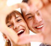 Happy paar in de liefde, glimlachend op witte achtergrond