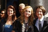 LOS ANGELES - SEP 27: Melissa Etheridge; daughter Bailey, son Beckett, her mother at a ceremony wher