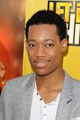 LOS ANGELES - 5 de junho: Tyler James Williams chegando na Premiere do Disney Channel.
