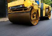Reparação de estrada, compactador coloca asfalto.