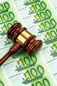 Hammer und Euro-Banknoten. Symbol Foto für Kosten bei Gericht und Auktionen