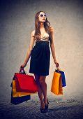 mulher elegante com muitos sacos de compras