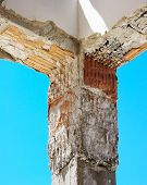 Reinforced concrete pillar to strengthening