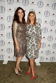 LOS ANGELES - APR 22:  Jami Gertz, Lori Loughlin at the Women's Guild Cedars-Sinai Luncheon at Bever