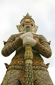 giant at the gate of war phra keaw,