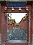 Carretera Imperial a través de una puerta abierta, ciudad prohibida, Pekín, China
