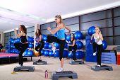 Grupo de chicas en un club de fitness