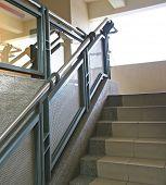 Moderno de vidro e aço escadaria reflexiva
