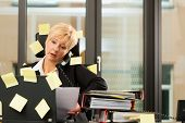 vrouw met stress in de kantoor - multitasking en timemanagement