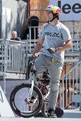 Moscú, Rusia - 8 de julio: Alessandro Barbero, Italia, en competiciones de BMX durante juegos de adrenalina en Mo