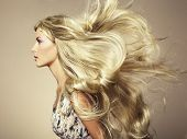 Foto de hermosa mujer con pelo magnífico