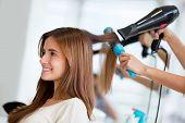 Retrato de una mujer feliz en la peluquería