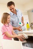 Pai e filha reciclagem resíduos em casa