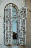Alte Fenster im Gebäude im Bauhaus-Stil