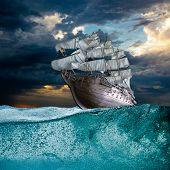 Segel Schiff im Sturm Meer