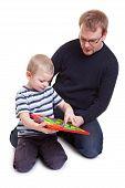 Vater und Sohn spielen mit Magnetwand
