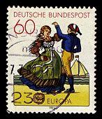 Deutschland ca. 1981: eine Briefmarke gedruckt in Deutschland zeigt Bild der tanzenden Paar in der friesischen Tracht,