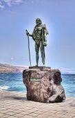 CANDELARIA, TENERIFE - 15 de septiembre: Estatua de Pelinor, antiguo rey de Tenerife en la Basílica de