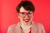 Junge Frau Porträt mit Brille auf rot