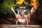 Pose de ioga Titibhasana Firefly