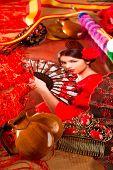Mujer de flamenco con el torero y elementos típicos de España Espana como fan de castañuelas y peine