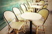 Постер, плакат: старомодный кофе терраса со столами и стульями Париж Франция