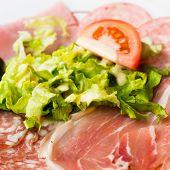 Carne fresca de carne crua fatiadas com folhas de alface em cima da mesa
