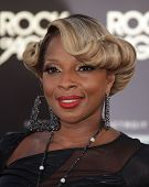 LOS ANGELES - JUN 08: Mary J. Blige arrives at the